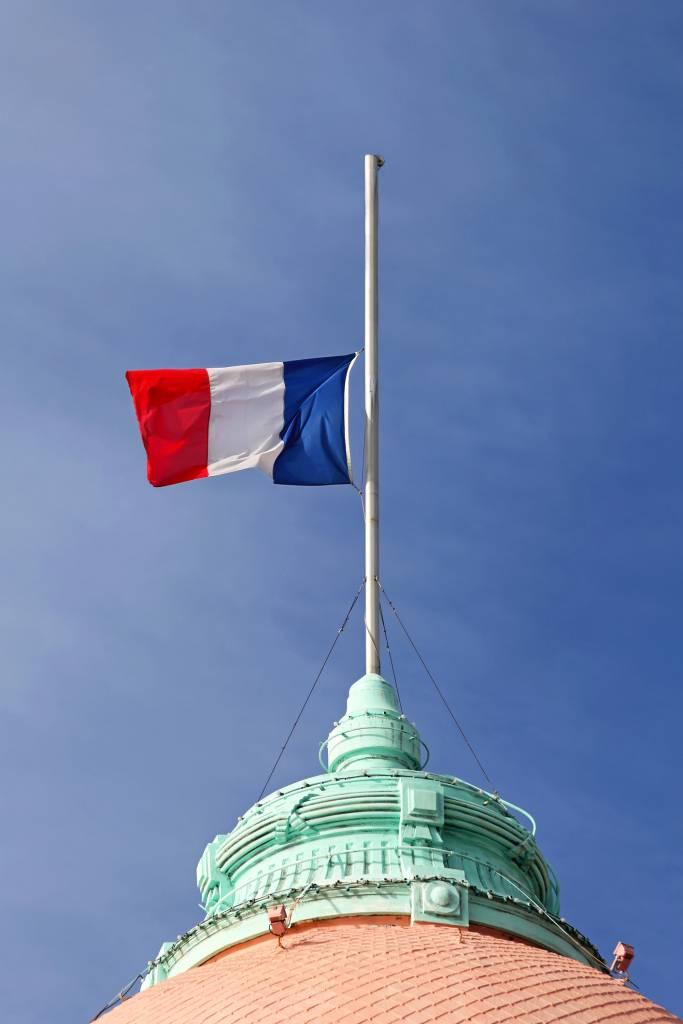 drapeau français en berne